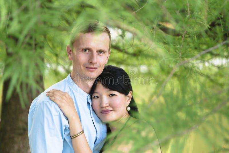 Pares inter-raciais românticos no parque bonito exterior no aperto foto de stock royalty free