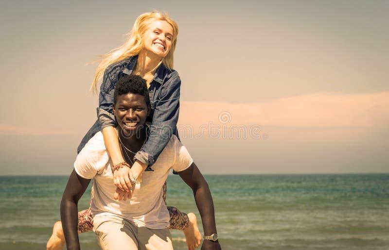 Pares interraciales foto de archivo