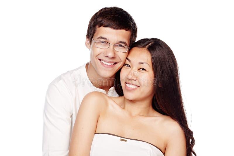 Pares interraciales en amor fotografía de archivo libre de regalías