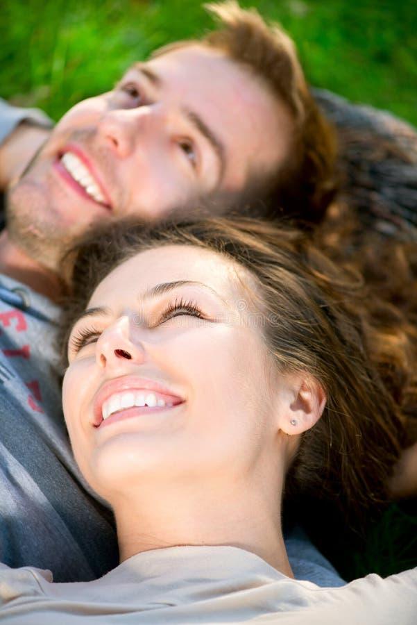 Pares jovenes al aire libre fotografía de archivo libre de regalías