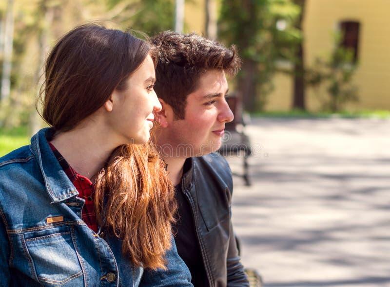 Pares jovenes al aire libre imagen de archivo