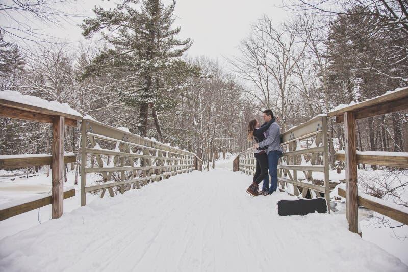Pares jovenes al aire libre en invierno fotos de archivo libres de regalías