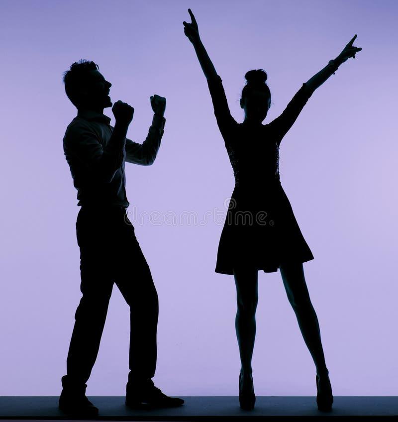 Pares jovenes alegres que bailan junto imagen de archivo libre de regalías
