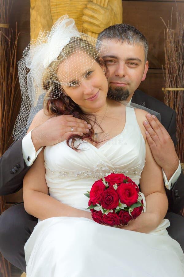 Pares jovenes apenas casados imagen de archivo