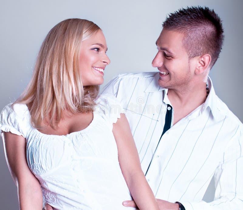 Pares jovenes atractivos en lazo romántico foto de archivo