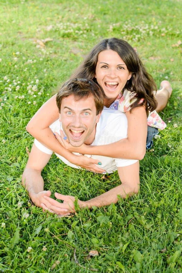 Pares jovenes cariñosos felices al aire libre fotos de archivo