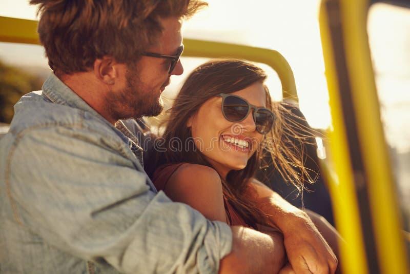 Pares jovenes cariñosos que se gozan en un viaje por carretera fotografía de archivo libre de regalías