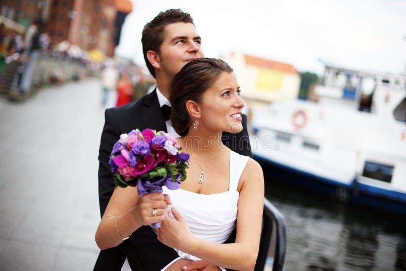 Pares jovenes casados fotografía de archivo libre de regalías