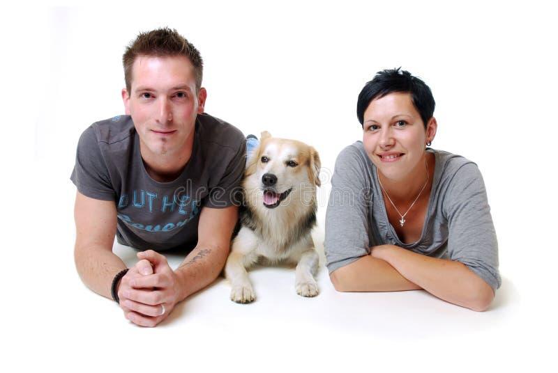 Pares jovenes con el perro imagen de archivo libre de regalías