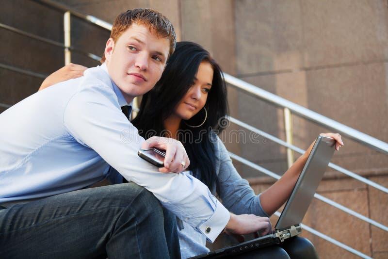 Pares jovenes con la computadora portátil imágenes de archivo libres de regalías