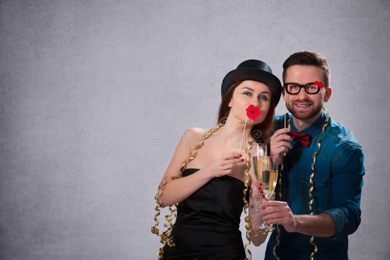 Pares jovenes con las flautas de champán fotografía de archivo libre de regalías