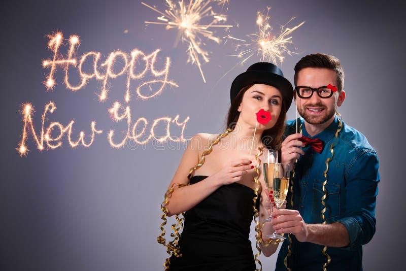 Pares jovenes con las flautas de champán foto de archivo