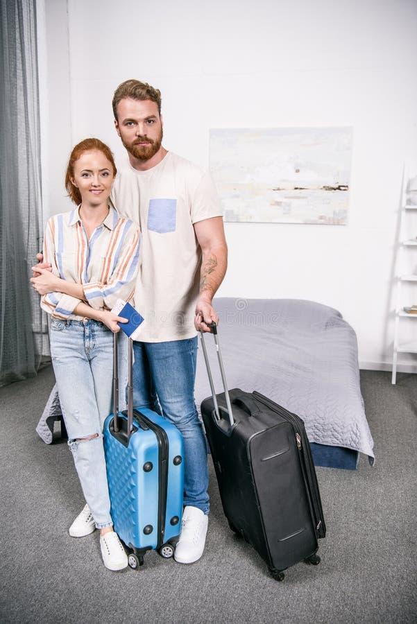 pares jovenes con las maletas listas para la situación del viaje imagen de archivo libre de regalías
