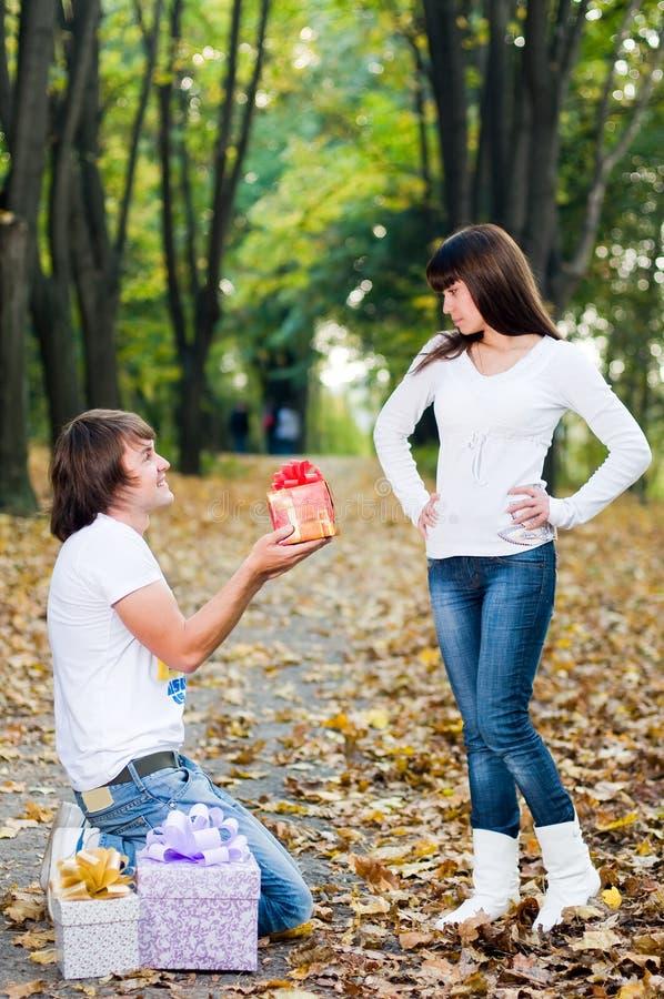 Pares jovenes con los rectángulos de regalo imagenes de archivo