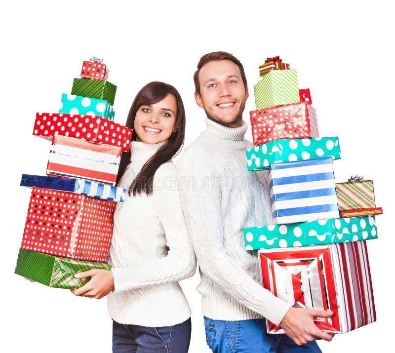 Pares jovenes con los regalos de la Navidad fotografía de archivo libre de regalías
