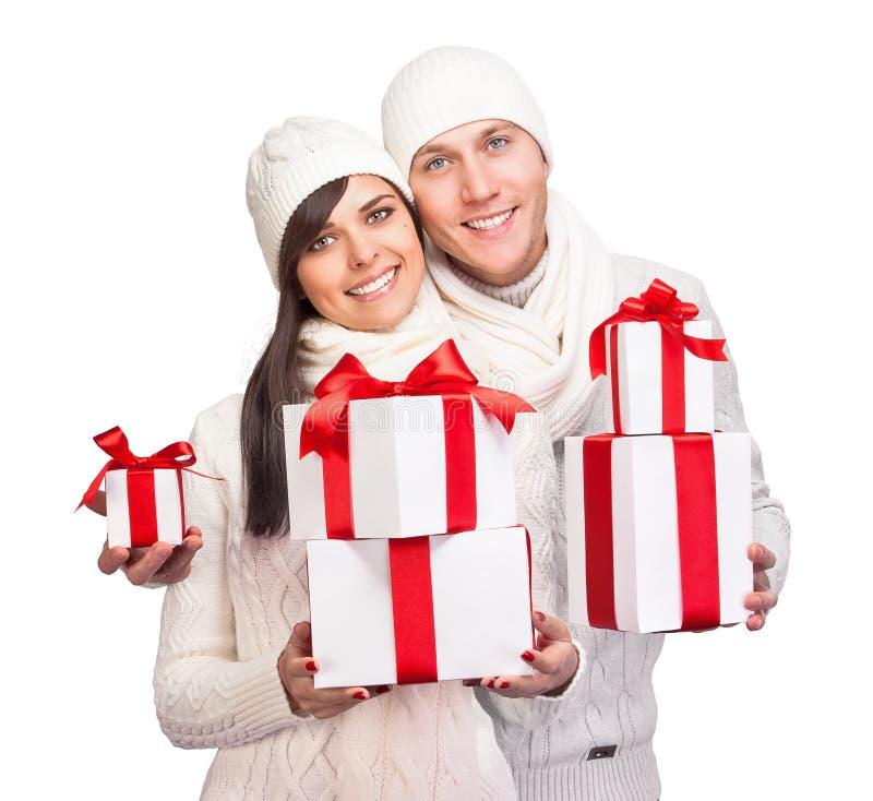 Pares jovenes con los regalos de la Navidad imágenes de archivo libres de regalías