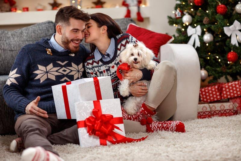 Pares jovenes con Meltzer blanco como regalo de la Navidad fotografía de archivo