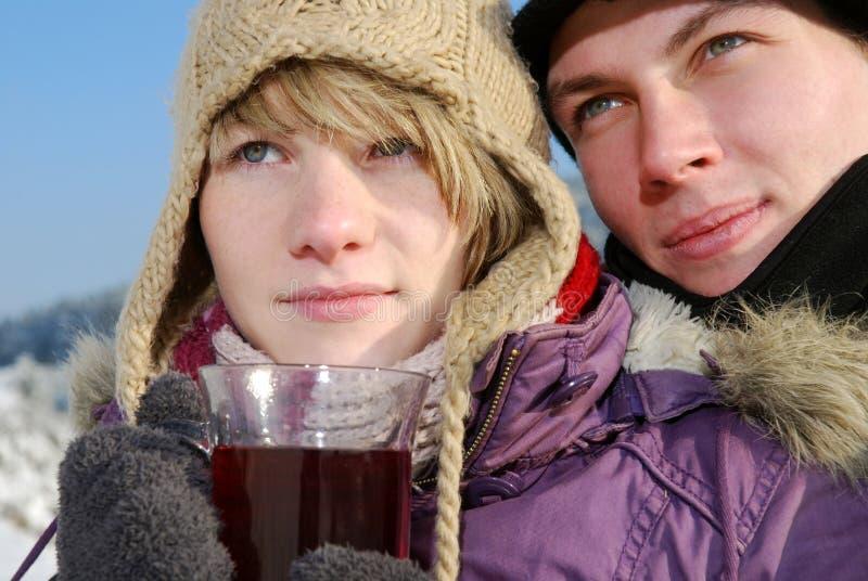 Pares jovenes con té foto de archivo libre de regalías