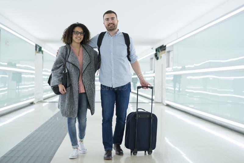 Pares jovenes con una maleta lista para el viaje imágenes de archivo libres de regalías