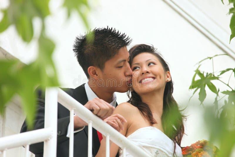Pares jovenes de la boda al aire libre foto de archivo libre de regalías