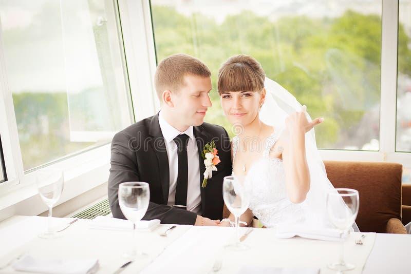 Pares jovenes de la boda en restaurante Novio y novia junto imágenes de archivo libres de regalías