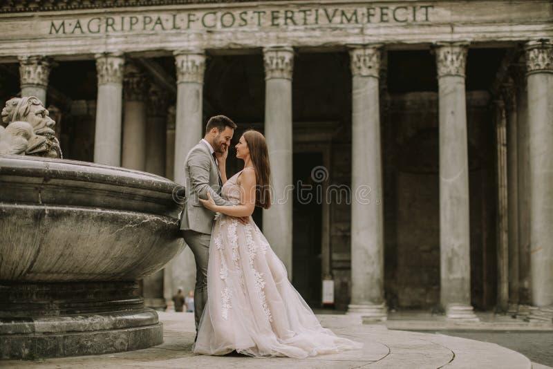 Pares jovenes de la boda por el panteón en Roma, Italia fotografía de archivo libre de regalías