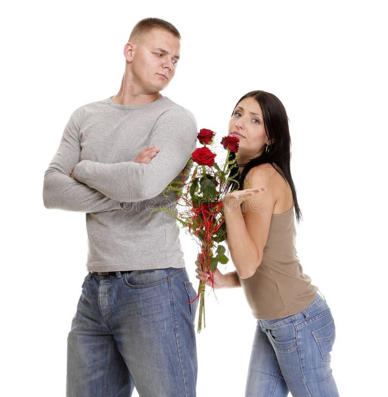 Pares jovenes de las dificultades de la relación en conflicto aislados imagen de archivo libre de regalías