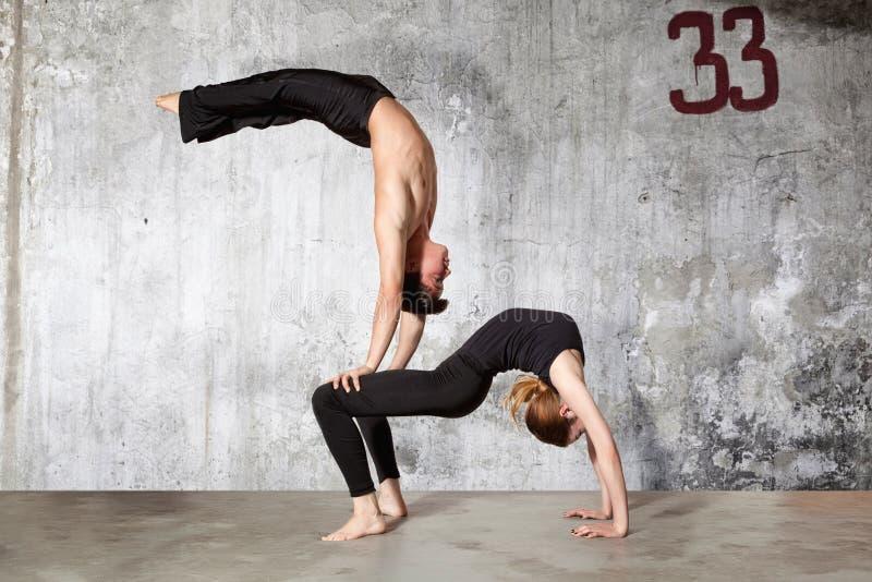 Pares jovenes de las series de los bailarines de ballet moderno de fotos fotografía de archivo