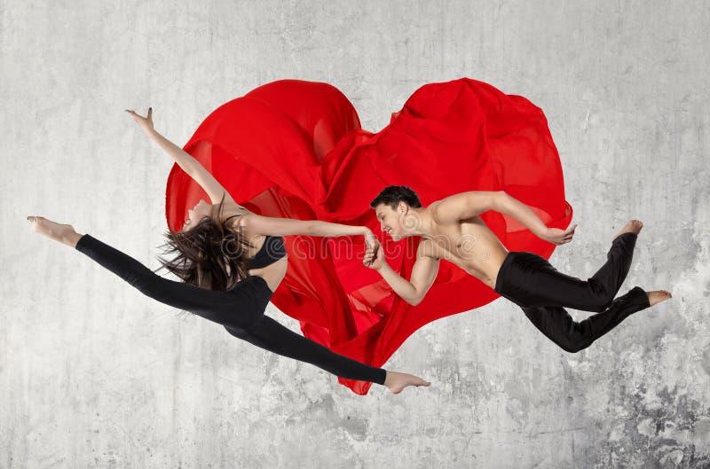 Pares jovenes de los bailarines de ballet moderno imágenes de archivo libres de regalías