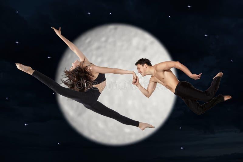 Pares jovenes de los bailarines de ballet moderno foto de archivo