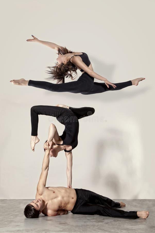 Pares jovenes de los bailarines de ballet moderno imagen de archivo libre de regalías
