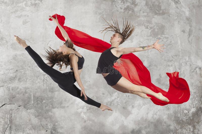 Pares jovenes de los bailarines de ballet moderno imagen de archivo