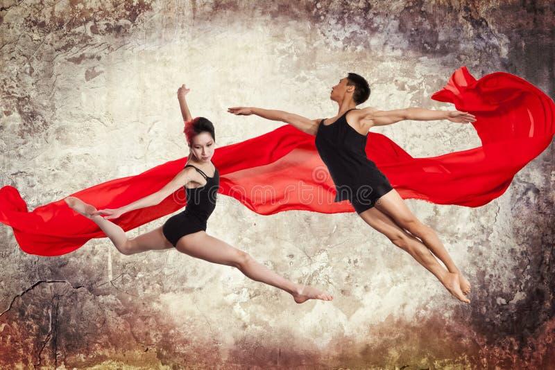 Pares jovenes de los bailarines de ballet moderno fotografía de archivo