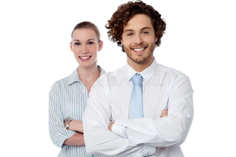 Pares jovenes de mirada confiados del negocio imagen de archivo