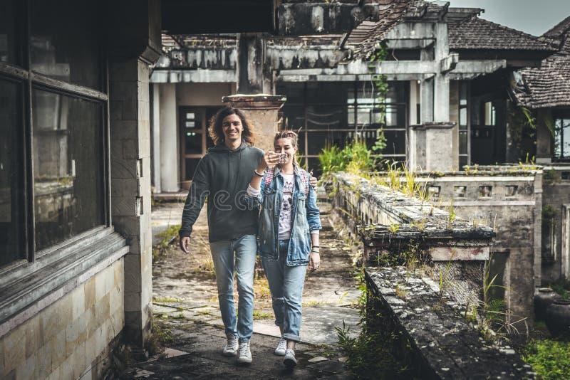 Pares jovenes de turistas en hotel abandonado en el norte de la isla de Bali, Indonesia imagen de archivo