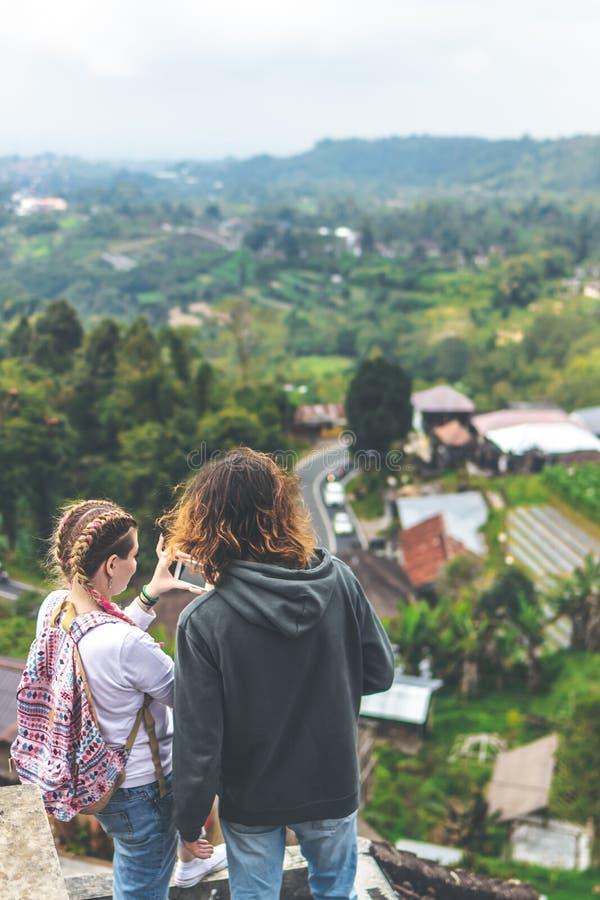 Pares jovenes de turistas en hotel abandonado en el norte de la isla de Bali, Indonesia fotos de archivo