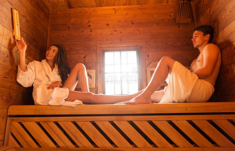 Pares jovenes del amor que se relajan en sauna fotografía de archivo