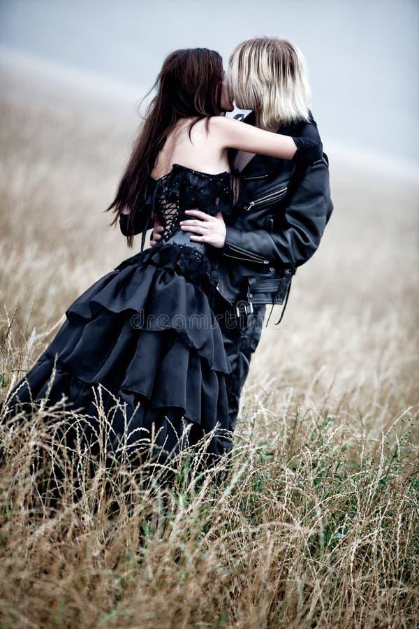 Pares jovenes del goth que se besan al aire libre foto de archivo libre de regalías