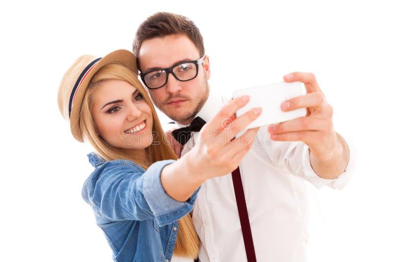Pares jovenes del inconformista que hacen un selfie foto de archivo