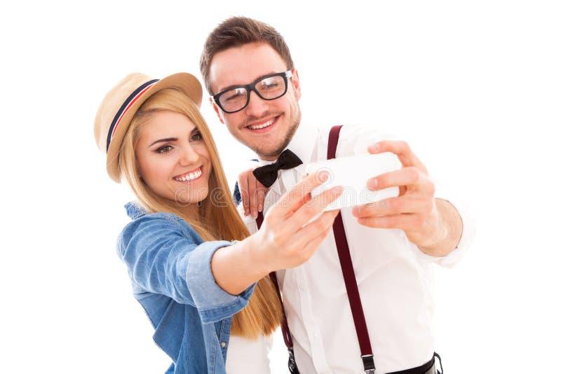 Pares jovenes del inconformista que hacen un selfie foto de archivo libre de regalías