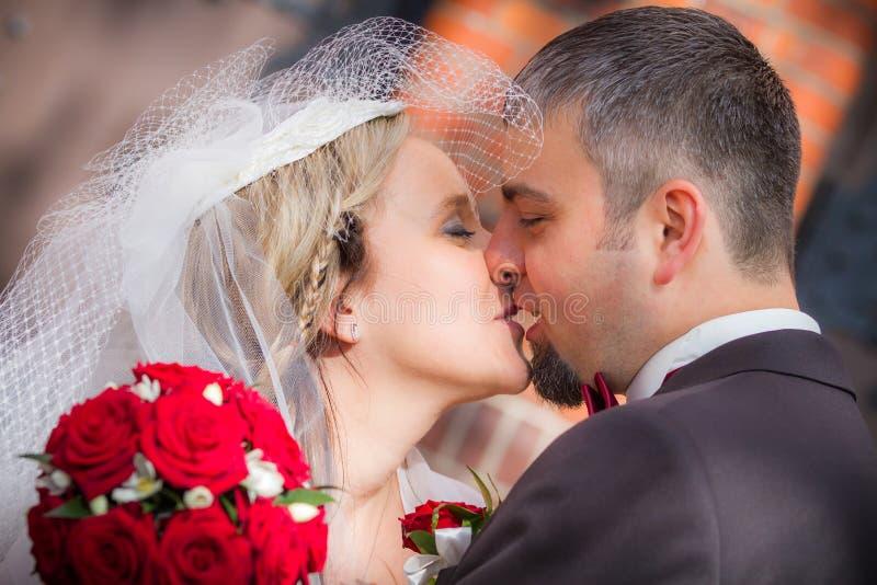 Pares jovenes después de la ceremonia de boda imagen de archivo
