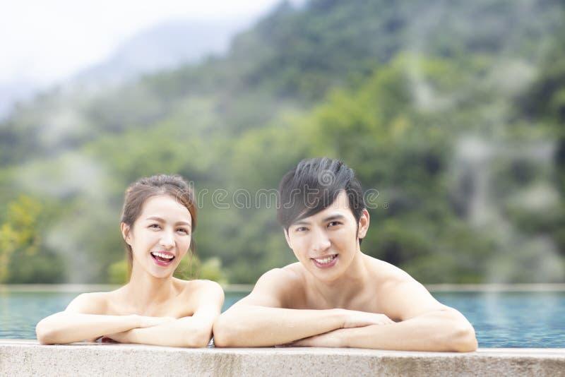 Pares jovenes en aguas termales fotos de archivo libres de regalías