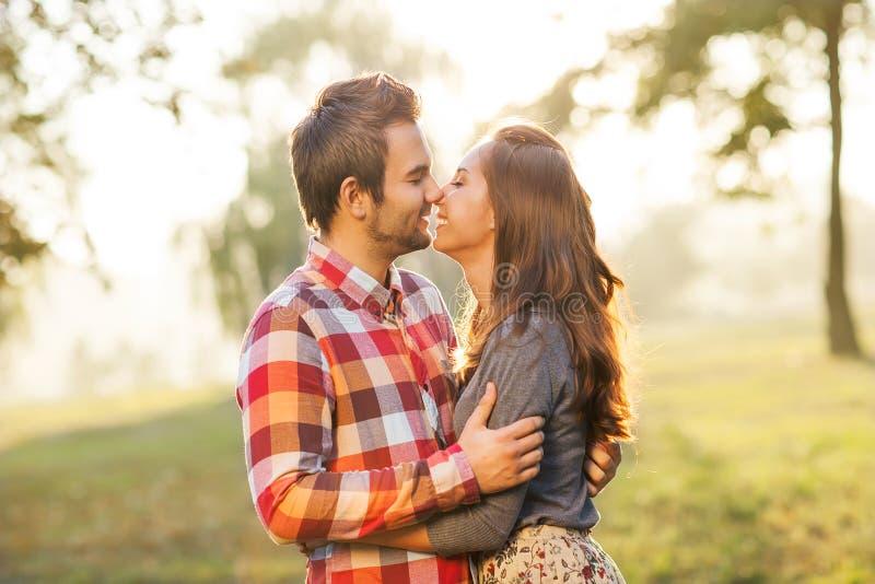 Pares jovenes en amor fotos de archivo