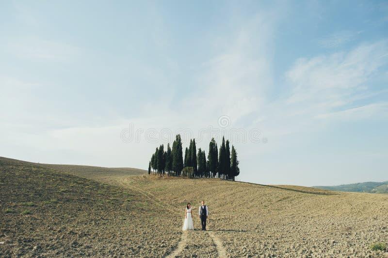 Pares jovenes en amor al aire libre en Toscana imagen de archivo