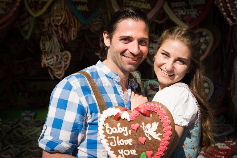 Pares jovenes en amor en Oktoberfest foto de archivo libre de regalías