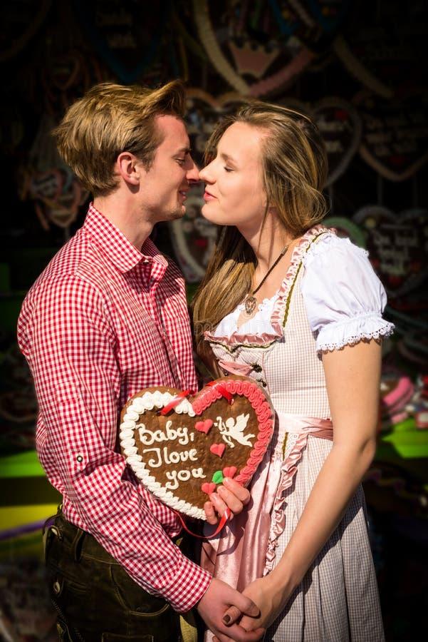 Pares jovenes en amor en Oktoberfest imágenes de archivo libres de regalías