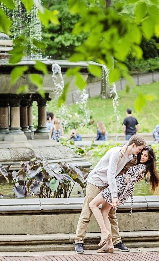 Pares jovenes en amor por la fuente de Bethesda en New York City fotos de archivo