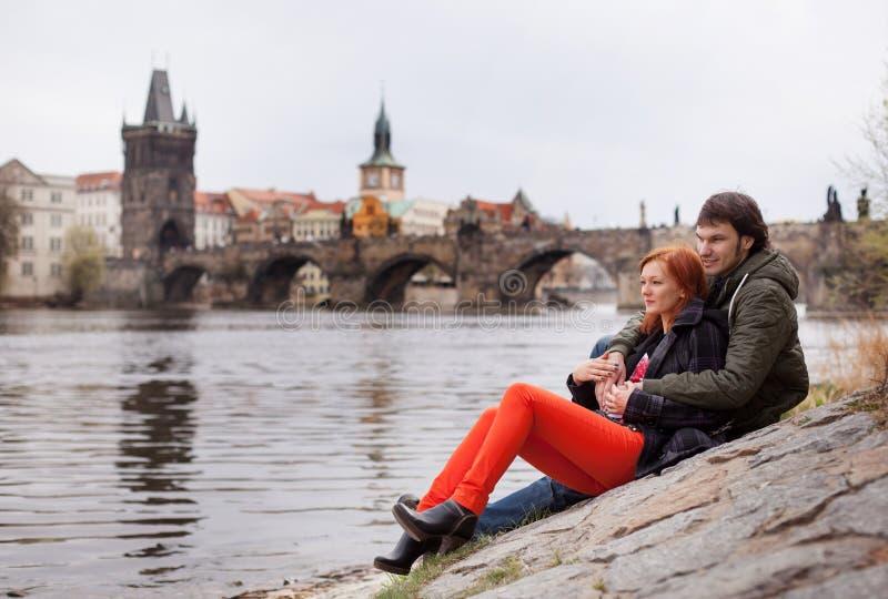 Pares jovenes en amor Praga, República Checa foto de archivo