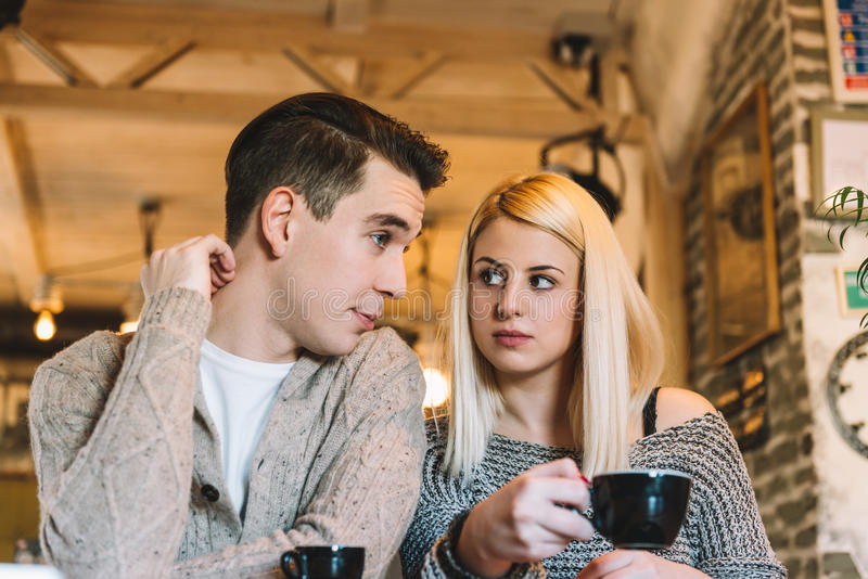 Pares jovenes en café foto de archivo libre de regalías