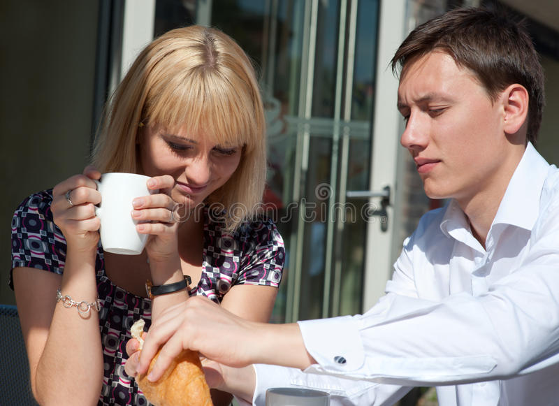 Pares jovenes en café al aire libre foto de archivo libre de regalías
